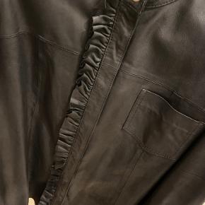 Culture læder skjorte med fin flæse detalje