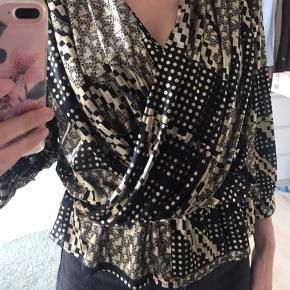 Vintage guld og sort peplum bluser. Man får en virkelig flot tajle i den og den fejler ingenting :)