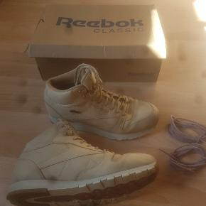 Super fede Reebok støvler kun brugt få gange! Har stadig boksen og et ekstra par snørrebånd som kan ses på billederne.  Køber betaler fragt - tag endelig et kig på min side for at se et større udvalg af lækre sager xD