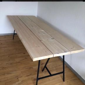 Fint bord. Brugt max 10 gange, står til opbevaring i Randers da jeg ikke har plads til det.  90x220  Hvidolieret fyrretræ  Ny pris 3800