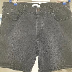 Sorte denim shorts fra Samsøe & Samsøe. Str mærket er klippet af men mener det er en str. L. Taljevidden er ca 94 cm