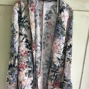 Fin blomstret tynd jakke fra Zara i str 36. Længde 71 cm, brystmål 2x45 cm. Der medfølger ikke bælte. Materialet står ikke deri. Sælges for 237 kr inkl porto. Se også mine andre annoncer!!!