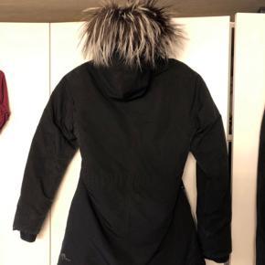 Lækker vinterjakke i str 12 Med en flot grå pels, der også kan lynes af.