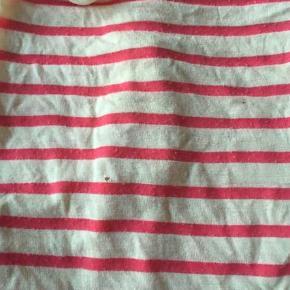 Sød dragt men der et lille hul på bagsiden af blusen   Shorts Farve: Armygrøn,Creme,Lyserød