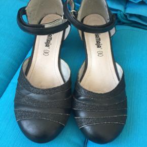 Pige sko med lille hæl str 34. Brugt 3 gange