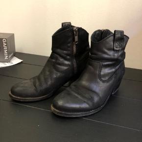 Sorte støvler med lidt hæl fra Pavement i str. 39 i god stand
