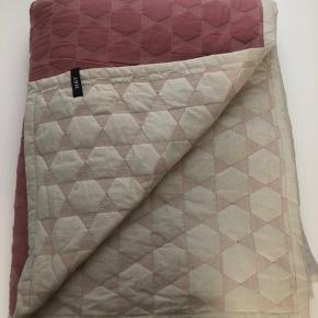 Skønt sengetæppe fra Hay i rosa. Brugt få gange. Måler ca 210*250 cm.