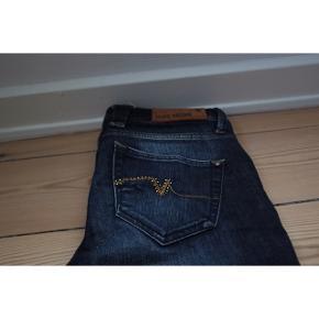 MOS MOSCH jeans med sten - Mørkeblå cowboystof  - Ingen tegn på brug  - I et super holdbart materiale. Stenene og farven påvirkes ikke af vask. Det samme gælder materialet.  - Behagelige at have på, da der er 3% elastan i.    Pasform: - Str. 27 - Passer en lille small