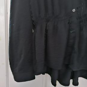 """Brugt sammenlagt omkring 5 gange. Størrelse XL. Rigtig fin skjortebluse med elastik i taljen. Den er fra Vero Modas """"Aware"""" linje, hvilket er en mere bæredygtig linje. Sælges da den ikke passer mig længere 🌸  Kan afhentes på Vesterbro   Ved køb over 300kr får du gratis fragt 🎉"""