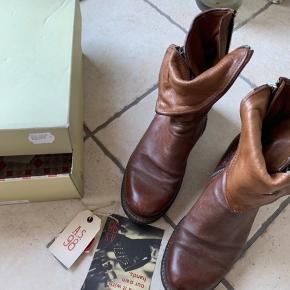 De fedeste støvler ny pris 2099kr Det blødeste skind   Art .719208 Castagna/Tdm  Fodlængden 25,5 cm hælen er  5 cm høj
