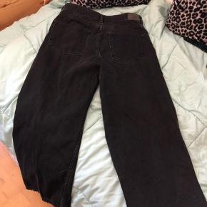 Et par lækre jeans og de er løse ved benene.  (Spørg gerne om at blive vist på)