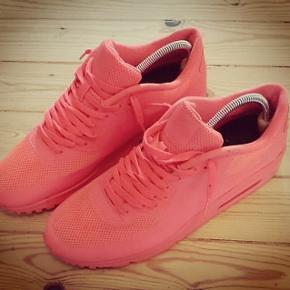 Super fed sneakers fra Nike ID.Den er ikke brugt meget, så den er et halv nummer for lille ??  Det er en super hyped solar red farve.  Det er en str. 45.  Pris 500