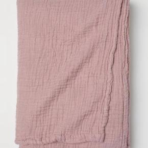 H&m home sengetæppe sælges. Tæppet er i farven gammel rosa, og har målene 180x150.  Nypris er 600 kr.