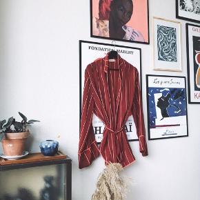 Smukkeste slå om bluse / kimono i 100% silke 😍 stribet lyserød og bordeaux. Med bindebånd og fin krave. Brugt 1 gang.   Bemærk - afhentes ved Harald Jensens plads eller sendes med dao. Bytter ikke 🌸   💫 Wrap slå om slåom silke silketop silkebluse bluse top stribet striber rød bordeaux lyserød pink