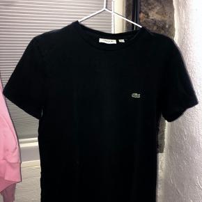 Sort LACOSTE T-shirt i str. small - regular fit. Skriv endelig, hvis du skulle sidde med spørgsmål♥️