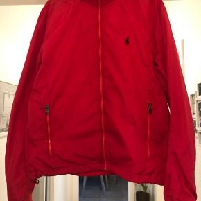 Ralph Lauren regnjakke i rød med hætte. Købt for 1600 kr. Brugt 3 gange Se også mine andre produkter.