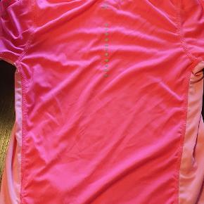 En fin lyserød idræts t-shirt. Brugt, men fejler intet. Byd!