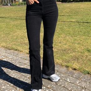 Fede flare fløjlsbukser fra Dr. Denim. Passer en small. Byd :)