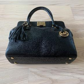 """En smuk sort Michael Kors taske. Står som ny. God til jobbet, rummer 13"""" computer.  Måler: b35 x h 29 x d14 cm  Har et udvendigt lynlåsrum, et indvendigt og 4 mindre rum."""