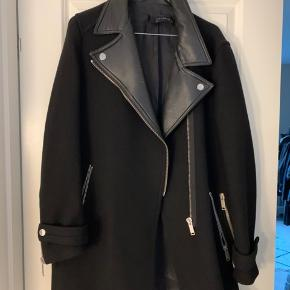 Fed zara frakke med læderdetaljer. Den er i rigtig fin stand :)
