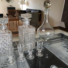 Karaffel lille firkantet 100 kr  Karaffel firkantet i midten krystal 150 kr  Høj rund karaffel 100 kr   4 små gamle glas 100 kr