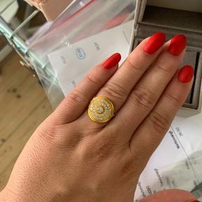 Sælger min fine Julie Sandlau ring. Ringen er fra kollektionen Mermaid og er i en str 52.  Jeg går normalt med sølv smykker, og det er derfor jeg sælger den.