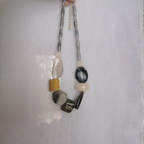 Halskæde med store plastik-sten. Kan sendes eller afhentes på Frederiksberg