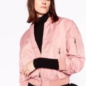 Sød rosafarvet bomber jacket. Aldrig taget i brug. *Sender ikke, men køber må gerne hente i København*