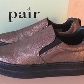 Varetype: Sneakers Farve: Se billede Oprindelig købspris: 1699 kr. Prisen angivet er inklusiv forsendelse.  Super flotte sko fra Apair, aldrig brugt og stadig i æske.