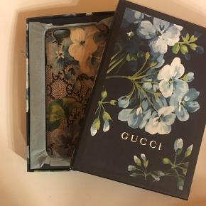 Gucci cover Sælges billigt da der er nogen flaws (sender gerne flere billeder) Passer en IPhone 6/6s Ved ik hvordan jeg skal forklare det men der 'mangler' et stykke plastik i den ene side. Nypris 1800,- Ægtehedsbevis og boks medfølger  Sæler kun hvis det rette bud kommer:) Spørg for flere billeder og mere info