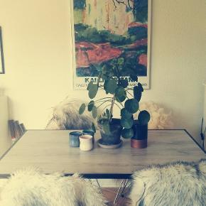 Bord i lyst egefinér med sort ramme. 125x80 cm