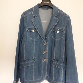 Varetype: jakke M/Tags Størrelse: 44 Farve: Mellem denimblå Oprindelig købspris: 1999 kr.  Flot klassisk Denimblazer i Blazer facon M/Tags. Det er en jakke man kan have resten af livet. Jeg har den tilsvarende nederdel ID 56736551, og Jeans ID 56701326 og 56701151 på TS. Mål: Bryst (underarm til underarm) enkeltsidet 56 cm Længde 66 cm Ærme 62 cm