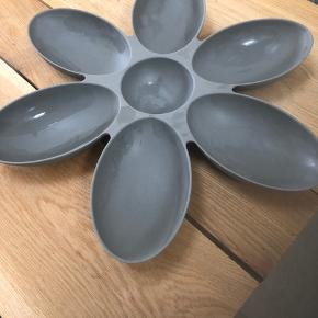 Flot blomster skål, i plastik kan bruges indenfor eller udenfor til Fx, frugt - blomster eller snack. Fra ikke ryger hjem.