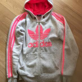 Flot Adidas hættetrøje, str 12-14 år.  Der mangler bånd øverst. Dette har ingen betydning for brug og den fremstår som ny.