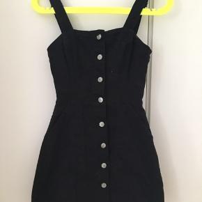 Sælger denne pæne h&m kjole da den er for lille. Den er i super god stand og ingen tegn på slid🌼den er i str. XS Mp 50kr BYD
