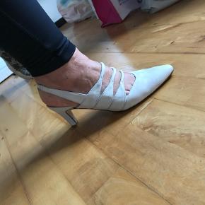 Ana Bonilla creme beige skind sandaler med lav hæl, brugt en aften indendørs og fremstår som nye. 2 Dust bags med følger til opbevaring af skoene  Køber betaler fragten  Bytter ikke