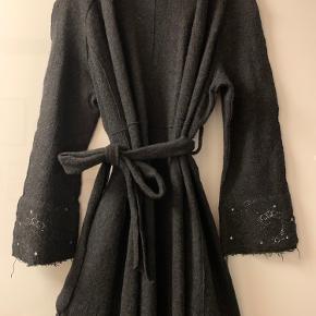 Koksgrå - næsten sort uldfrakke uden foer. Aldrig brugt.