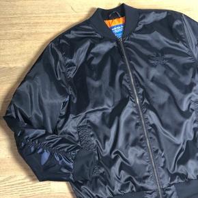 Adidas bomber jakke.  ALDRIG BRUGT.  Fitter både medium og large