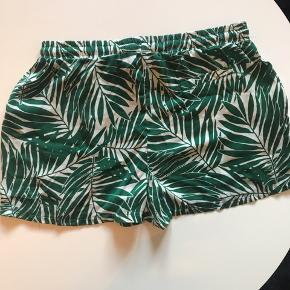 Flotte shorts. Pæn grøn farve. Ved køb af flere ting kan der fåes rabat. Sender gerne på købers regning. Spørg for flere billeder.