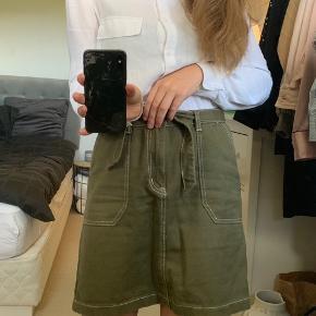 Super fin nederdel fra prettylittlething. Aldrig brugt. Byd  En størrelse 10, som svarer til en small   Tags :  zara , envii, Stine Goya, neo noir, sommer ,  nederdel, Na-kd