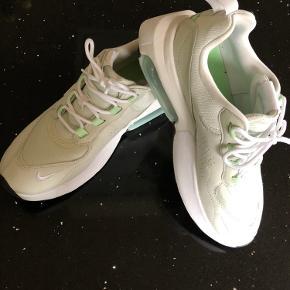 Nike Air Max Verona. Brugt ganske få timer...farven er hvid/mint.