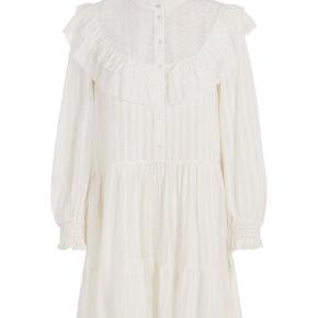 Kjolen er aldrig brugt, og etiketten er stadig på. Nyprisen var 550 kr. Byd gerne!