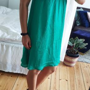 Grøn kjole i empire snit. I fin stand.
