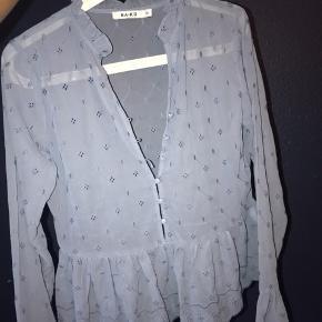 Super fin skjorte/bluse i mesh fra Na-Kd. Den har dog en tråd som er gået op, som dog kan fikses.  Aldrig brugt før.  Nypris var 300kr.