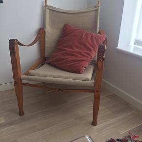 Kaare Klint Safaristol i originalt stof. Læderremmene er i cognac farvet. Stolen har patina, men gør ikke stolen mindre værd. Bud starter fra 2.800,- (den sælges altså ikke under dette, venligst respektere dette)