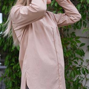 Camel farvet skjorte fra Neo noir. Helt ny fortsat med prismærke og i str. M. Nypris 499kr.  65% bomuld, 32% nylon og 3% elastik.