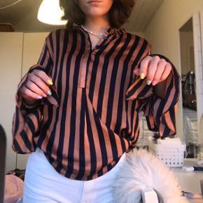 Sælger denne super søde Neo Noir skjortebluse. I satin agtigt stof. Passer en størrelse small. Næsten ikke brugt og i super fin stand. Nypris var 500kr Sælges for 175kr ekskl fragt med Dao