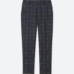 Fine mørkeblå bukser med grå tern fra Uniqlo. Med elastik i taljen, så passer en 38-40. Sidder superpænt, får dem bare ikke brugt.   Kan afhentes på Frederiksberg eller Østerbro 🌞