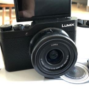 Helt nyt kamera. Brugt ved en enkelt lejlighed.  Kameraet har en stor touch skærm, som kan vendes 180 grader og bruges til selfies. Kan forbindes med wifi. Der medfølger et microsimkort 32 GB (værdi 139). Super let at betjene. Prisen er fast.