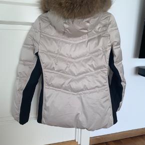 Sælger min vinterjakke da jeg har købt en ny, den er brugt i en sæson og holdt rigtig pænt.